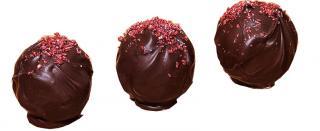 Вишневый трюфель из шоколада ручной работы